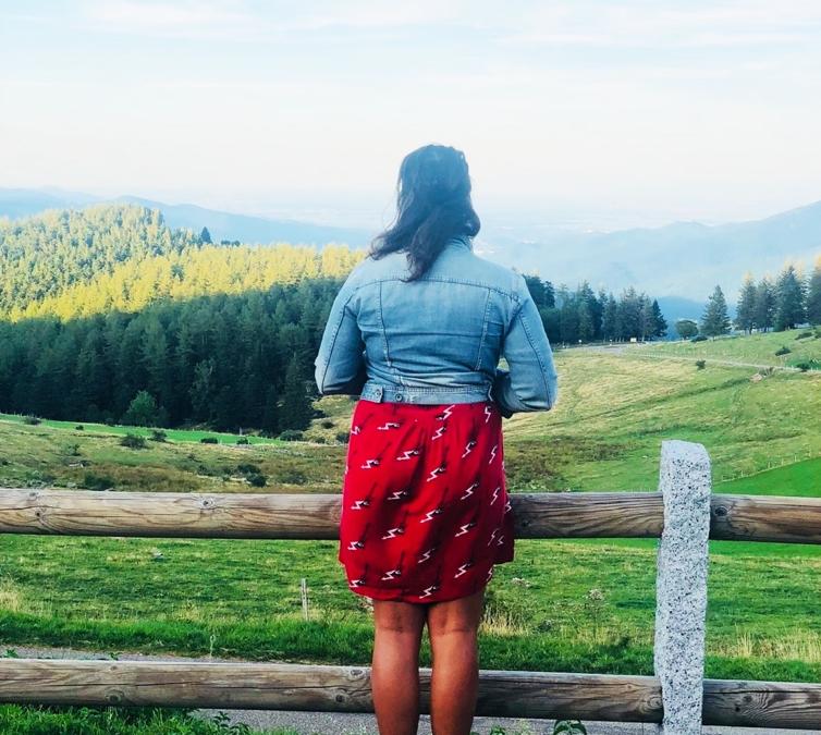 Sarah Ostermann, professeur de yoga, observe la vallée de Munster depuis le Petit Ballon