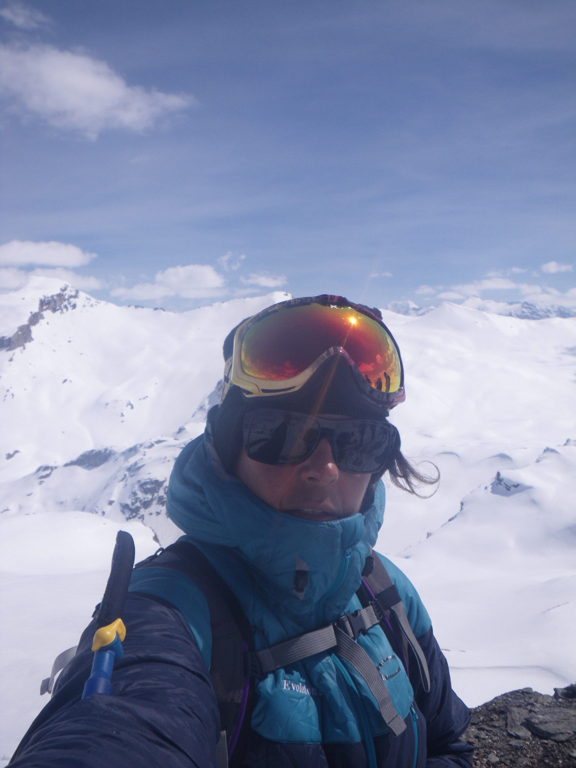Sarah Ostermann en selfie au sommet d'une montagne enneigée dans les Alpes